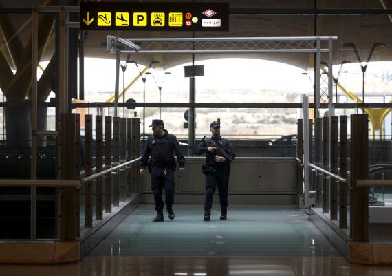 Policía en el aeropuerto de Madrid.