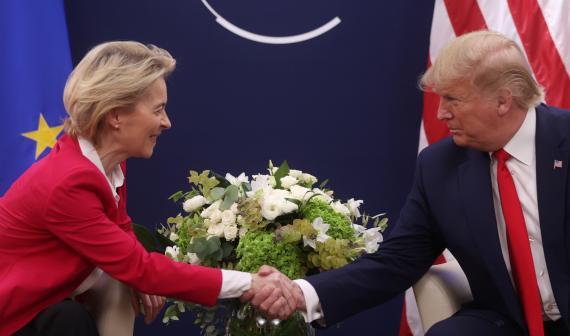 La presidenta de la Comisión Europea, Ursula von der Leyen, y el presidente de EEUU, Donald Trump.