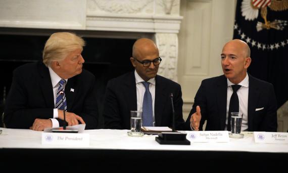 El presidente de EEUU, Donald Trump, y los CEO de Microsoft, Satya Nadella, y de Amazon, Jeff Bezos