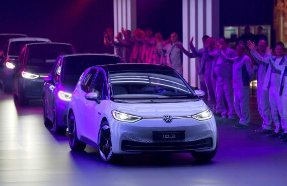 Los primeros ID.3 de Volkswagen salen de la planta de producción de Zwickau (Alemania) en una fotografía de noviembre de 2019.