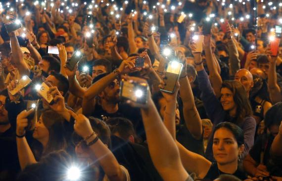 Una protesta con teléfonos tras la sentencia del procés en octubre de 2019 en Barcelona.