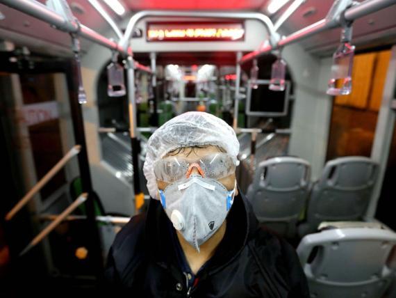 Un trabajador en Teherán (Irán) limpia un autobús para evitar la propagación del virus COVID-19 el 26 de febrero de 2020.