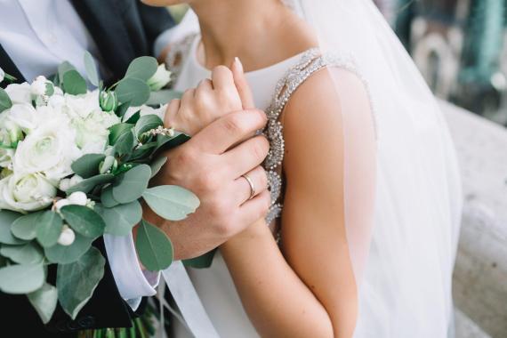 Hay algunas formas de reducir costes sin afectar negativamente la calidad de tu boda.