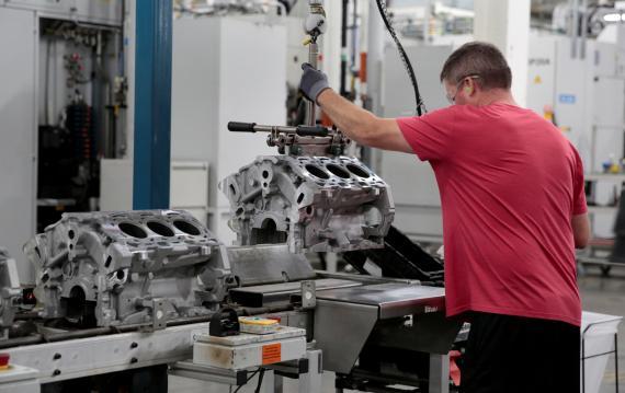 Un empleado trabaja en planta de producción de General Motors en la ciudad de Romulus (Michigan, Estados Unidos).