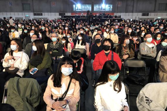 Trabajadores de Foxconn en Taipei, con máscaras durante una fiesta corporativa de Año Nuevo Chino.