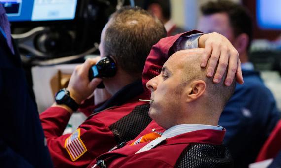 Un trader de Wall Street se lleva las manos a la cabeza ante las caídas de la Bolsa de Nueva York