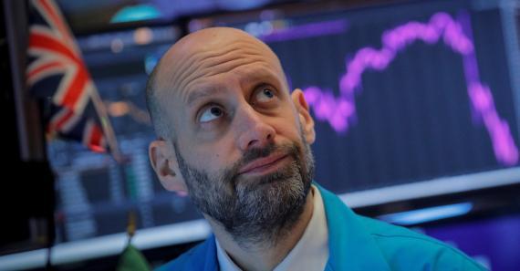 Un trader de Wall Street observa preocupado las caídas en la bolsa