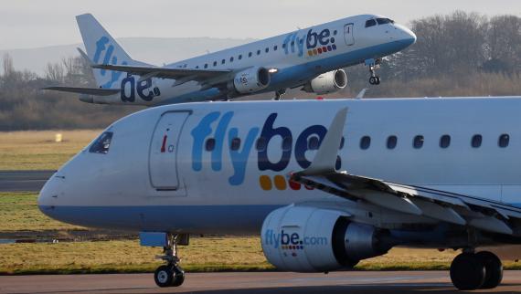 2 aviones de Flybe en el aeropuerto de Manchester