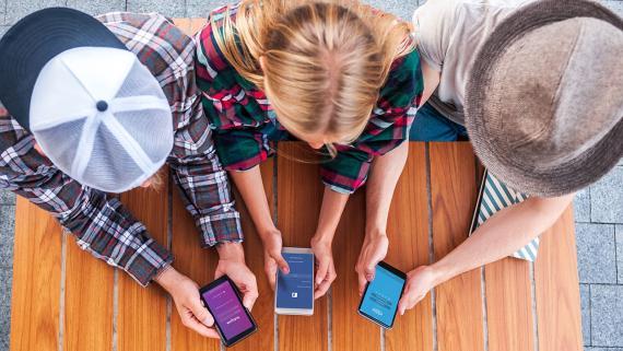 Adolescentes jugando al móvil
