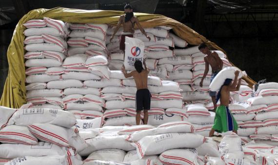 Un almacén gubernamental de arroz en Filipinas