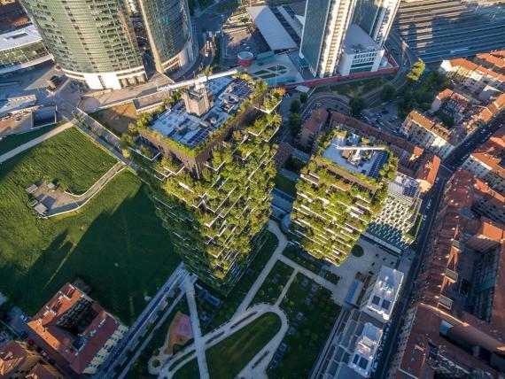 """Vista aérea de """"Bosco Verticale"""" en Milán, Italia. Los arquitectos están recurriendo a las plantas para combatir la contaminación del aire."""