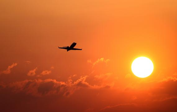 Un avión despega en Frankfurt, Alemania.