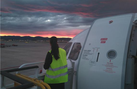 Andrea Enríquez Cousiño junto a uno de los aviones en los que trabaja.