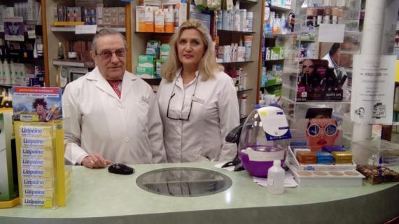 Balta González, en la farmacia de Linares que regenta.