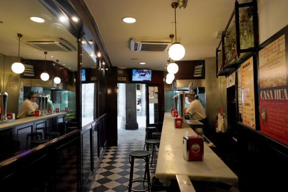 Un bar vacío en la Plaza Mayor de Madrid.