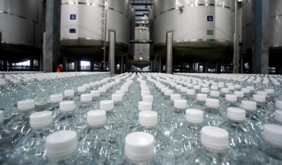 Botellas de alcohol desinfectante en una fábrica de Hanoi (Vietnam)