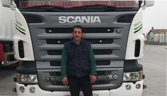 David Pérez Lorenzo, junto a su camión.