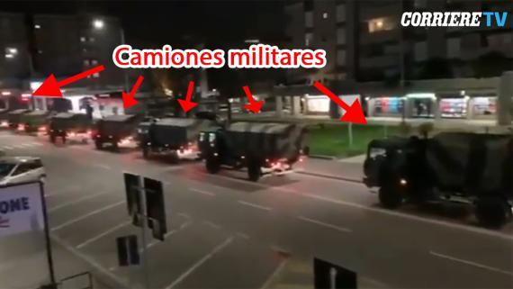 Un convoy de vehículos militares en Bérgamo, Italia, este miércoles por la noche.