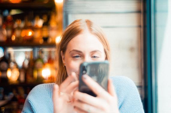 Chica usando el móvil.