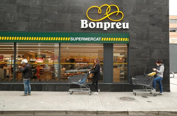 Clientes hacen cola para entrar en el Bonpreu durante la crisis del coronavirus