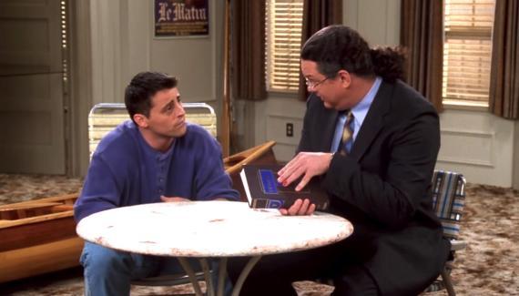 """Joey en un capitulo de """"Friends"""" en el que compraba una enciclopedia."""