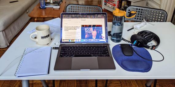 En comparación con mi escritorio en el trabajo, este espacio es bastante limpio y organizado.