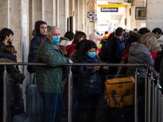 Los pasajeros del tren reciben un control sanitario en Salerno, sur de Italia, el domingo, después de que el gobierno anunciara el cierre de Lombardía y otras 14 provincias.
