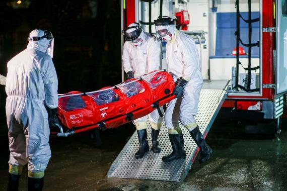 Sanitarios transportan a un paciente infectado con el virus Sars-Cov-2 a un hospital en Timisoara (Rumania) el 6 de marzo de 2020.