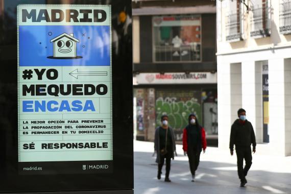 Un cartel en Madrid anima a la gente a permanecer en sus casas por el brote de coronavirus, el 14 de marzo de 2020.