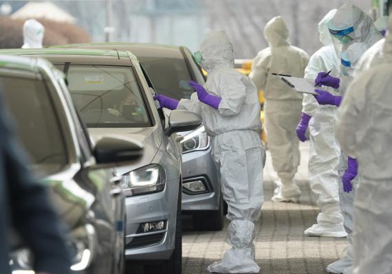 Conductores realizando un test de coronavirus en estaciones de autoservicio en Corea del Sur.