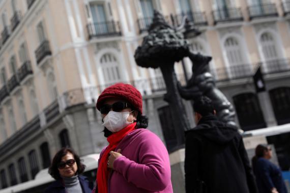 Una turista usa una máscara protectora en la Puerta del Sol tras la aparición de casos de coronavirus en Madrid el 27 de febrero de 2020.