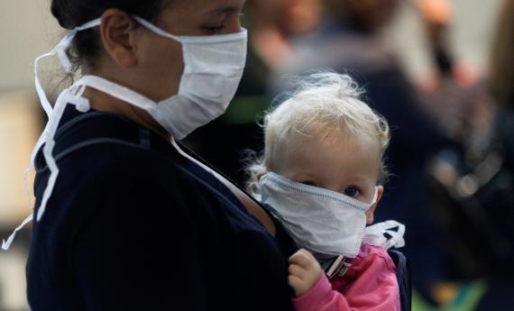 Una mujer y su bebé en el aeropuerto internacional de Galeao durante el brote de la enfermedad por coronavirus en Río de Janeiro, Brasil, el 21 de marzo de 2020.