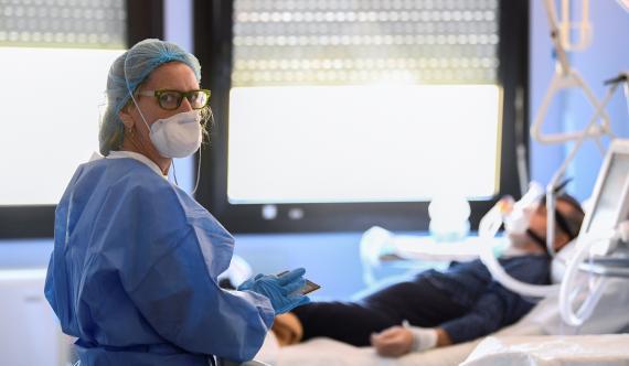 Una doctora de un hospital de Crémona (Italia), junto a un paciente infectado de coronavirus