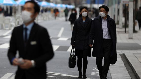 Dos ciudadanos chinos caminan por la calle durante el brote de coronavirus.