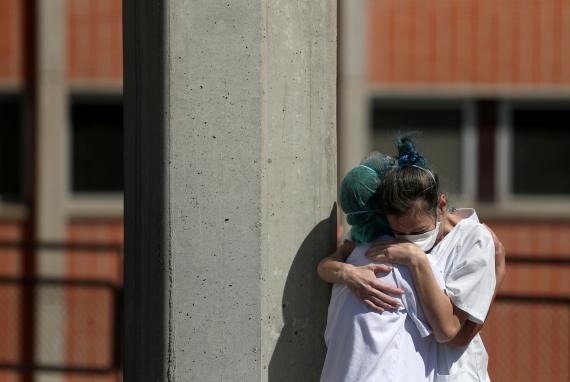 Dos enfermeras se abrazan en Leganés en medio de la pandemia del coronavirus