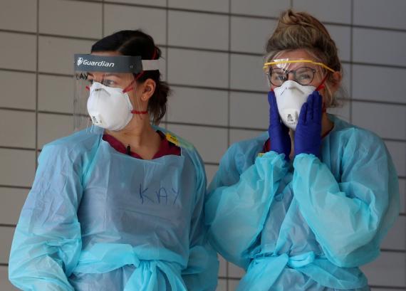 Dos enfermeras británicas protegidas para tratar pacientes con coronavirus.