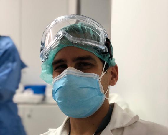 Gonzalo Merino, enfermero de uno de los hospitales más grandes de Madrid, durante el brote de coronavirus