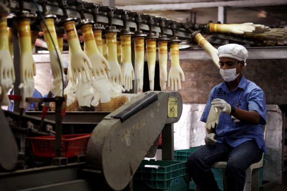 Un trabajador supervisa una línea de producción en una fábrica de Top Glove en Meru, en las afueras de Kuala Lumpur (Malasia), el 25 de junio de 2009.