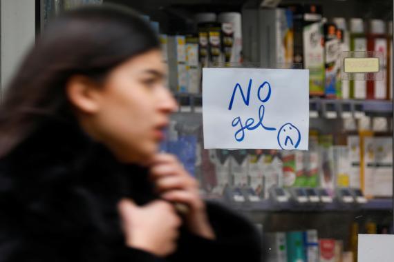 Un cartel en una farmacia anunciando que no queda gel desinfectante de manos.