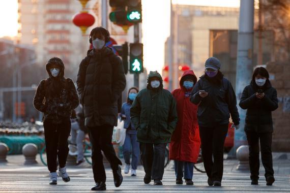 Grupo de personas con mascarillas en Pekín.