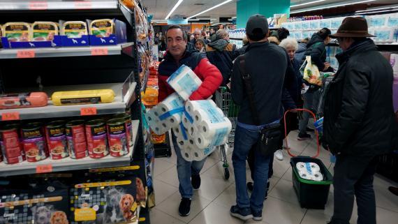 Un hombre compra en un supermercado de Bilbao, ante el brote de coronavirus.