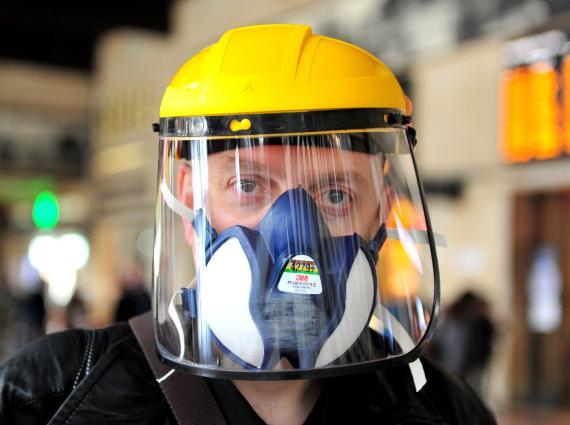 Un hombre lleva mascarilla en Italia por el coronavirus.