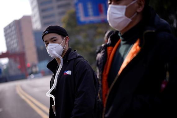 Hombre llevando mascarilla en las calles de Shanghai.