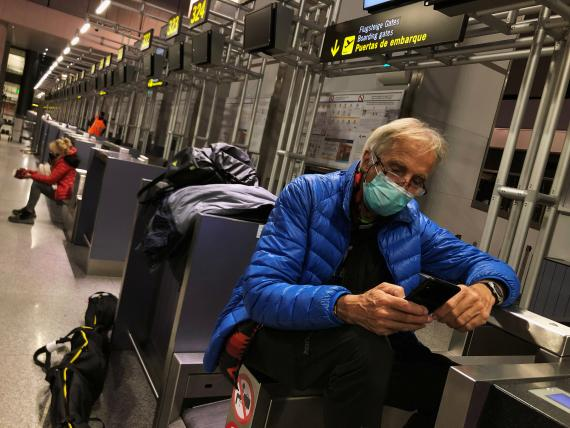 Un hombre con mascarilla por el coronavirus en el aeropuerto de Málaga.