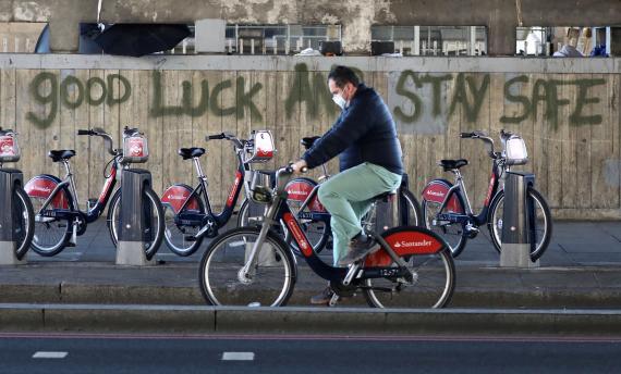Un hombre pasea en bicicleta por Londres en medio de la pandemia del coronavirus