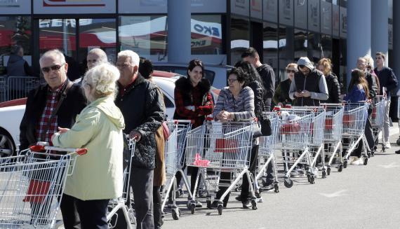 Largas colas para comprar en los supermercados durante el confinamiento.