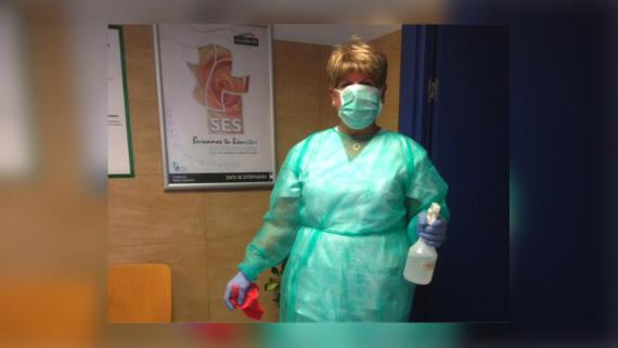 Mari Carmen Gracia, limpiadora de un centro de salud de Badajoz.
