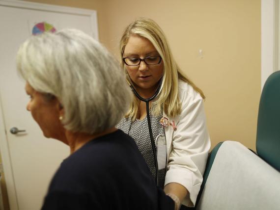 Los profesionales médicos, como las enfermeras, están en primera línea frente al coronavirus.