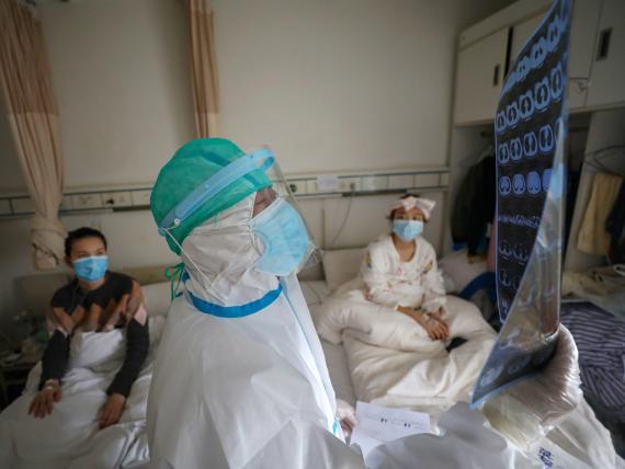 Un sanitario trabajando en el hospital de la Cruz Roja de Wuhan (China).