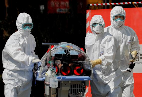 Médicos trasladan a un paciente sospechoso de haber contagiado el coronavirus